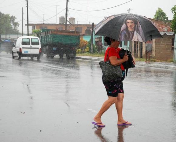 as lluvias generadas por Paula en la ciudad de Pinar del Río, sin ser significativas aún se reportan a intervalos. 14 de octubre de 2010. AIN FOTOS/Abel PADRON PADILLA