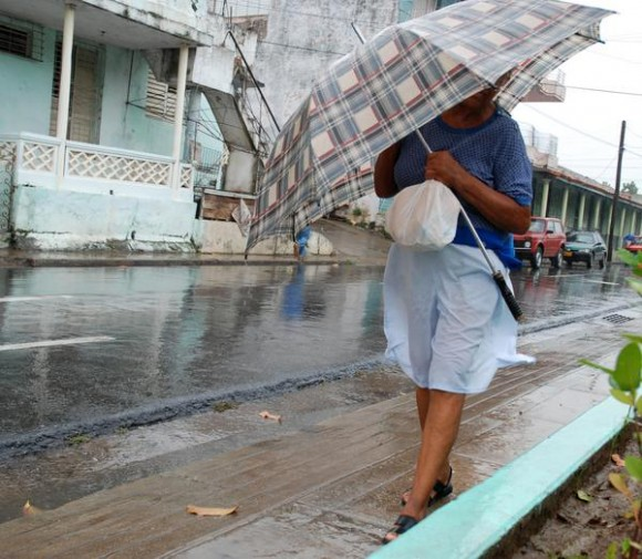 Las lluvias generadas por Paula en la ciudad de Pinar del Río, sin ser significativas aún se reportan a intervalos. 14 de octubre de 2010. AIN FOTOS/Abel PADRON PADILLA