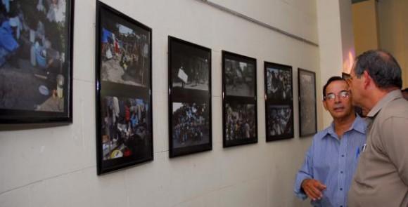 """El foto reportero Juvenal Balán Neyra (D), ofreció declaraciones a la prensa, durante la inauguración, el 8 de octubre de 2010, en la sede de la Unión de Periodistas de Cuba (UPEC), de su exposición fotográfica, """"El infierno de este mundo"""", que muestra imágenes del desastre, tomadas tras el terremoto de la República de Haití. AIN FOTO/Oriol de la Cruz ATENCIO"""