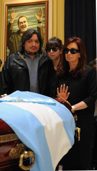La presidenta argentina Cristina Fernández de Kirchner (D), junto a sus hijos, Florencia y Máximo, en la Casa de Gobierno, durante el velatorio del ex presidente Néstor Kirchner, en Argentina, el 28 de octubre de 2010. AIN FOTO/ /TELAM/
