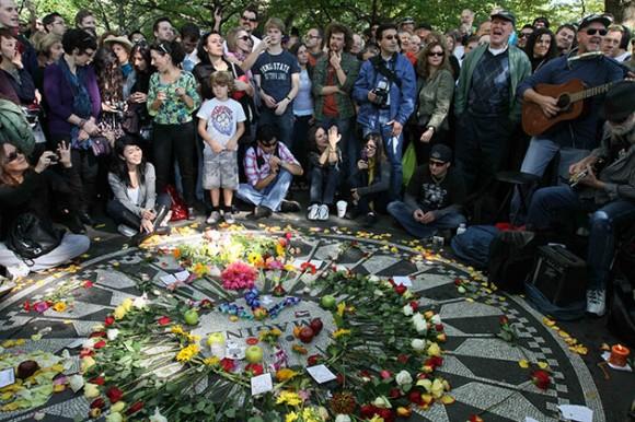 John Lennon cantan en el que hubiera sido su cumpleaños 70 en el sector Strawberry Fields del Parque Central de Nueva York, el sábado 9 de octubre de 2010. (Foto AP/Tina Fineberg)
