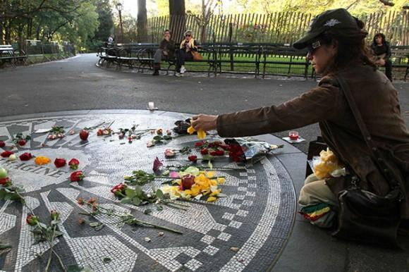 """Julia Balk esparce pétalos de flores sobre el mosaico """"Imagine"""" en honor de John Lennon en el sector Strawberry Fields del Parque Central de Nueva York, el sábado 9 de octubre de 2010, que hubiera sido el cumpleaños número 70 del fallecido músico. (Foto AP/Tina Fineberg)"""