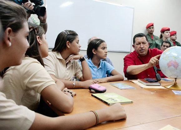 Chávez comparte con un grupo de estudiantes