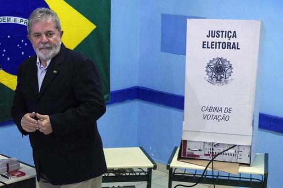 El presidente Lula ejerce su derecho al voto hoy en Sao Bernardo do Campo, a 25 km de Sao Paulo.