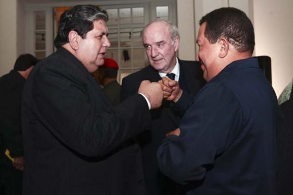 Alan García y Hugo Chávez, con el canciller argentino.Chávez habla con Cristina Kirchner durante la sesión extraordinaria de UNASUR, después del regreso de Correa al Palacio de gobierno. Foto: Reuters