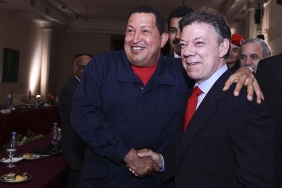 Chávez habla con Cristina Kirchner durante la sesión extraordinaria de UNASUR, después del regreso de Correa al Palacio de gobierno. Foto: Reuters