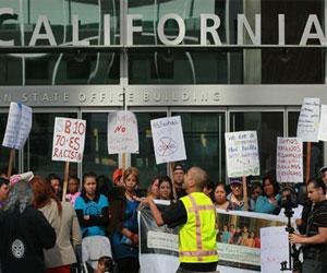 Manifestación de inmigrantes latinoamericanos frente a la sede de la fiscalía en San Francisco, Estados Unidos. Foto: AFP