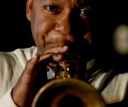 Wynton Marsalis, trompetista norteamericano, participa en una descarga con musicos cubanos en los jardines del Instituto de la Musica.PLFOTO/Ismael Francisco
