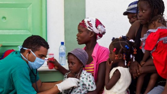 médico cubana trata a unos pacientes afectados de cólera en un hospital de L'Estere, Haití.- Foto: REUTERS