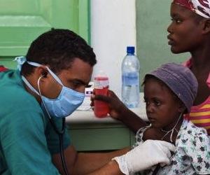 Médico cubano trata a pacientes de cólera en Haití. Foto: EFE