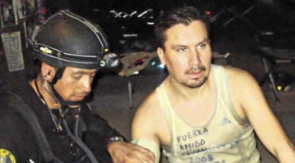 Edison Peña hizo un alto en su entrenamiento al ser examinado por Roberto Ríos