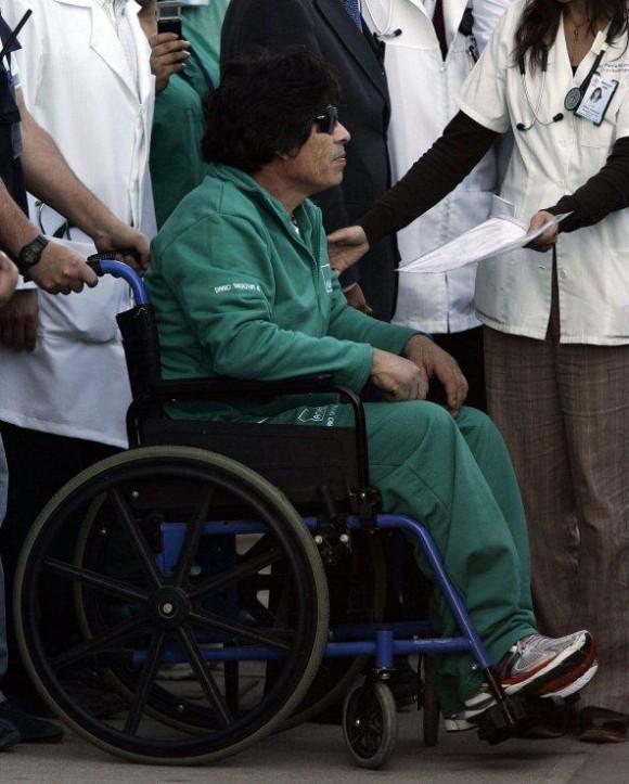 El minero rescatado Darío Segovia es recibido a su llegada al hospital regional de Copiapó (Chile).