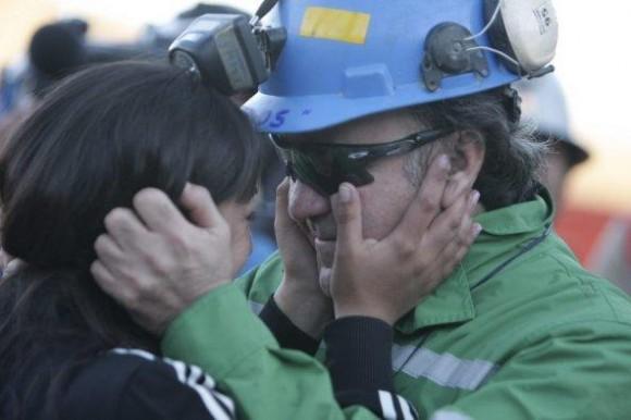 El minero Franklin Lobos (d) celebra después de llegar a la superficie a bordo de la cápsula Fénix 2.