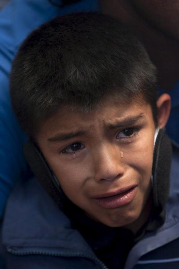 El niño Oriel Contreras, sobrino del minero Víctor Zamora, llora mientras observa la transmisión de su rescate.