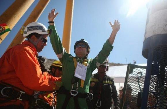 El minero Renán Ávalos Silva es trasladado en una camilla después de llegar a la superficie a bordo de la cápsula Fénix 2.