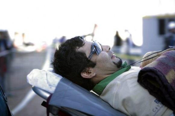 El minero Renán Ávalos Silva (c) sonríe después de llegar a la superficie a bordo de la cápsula Fénix 2.
