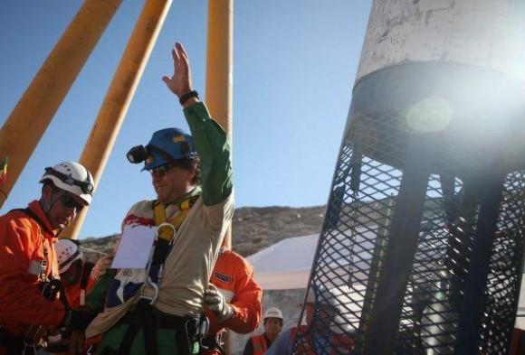 El minero Samuel Avalos celebra después de llegar a la superficie a bordo de la cápsula Fénix 2