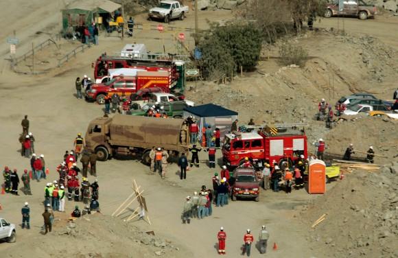 Los equipos de rescate se reúnen fuera de la mina San José, donde los mineros estaban atrapados cerca de Copiapó, al norte de Chile, Viernes, 06 de agosto 2010. (Foto AP / Luis Hidalgo)