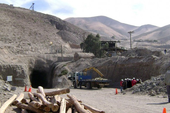 Vista de la entrada de la mina de cobre y oro de San Esteban, cerca de la ciudad de Copiapó, en el árido desierto de Atacama, a 800 kilómetros al norte de Santiago, el 6 de agosto de 2010. (STR / AFP / Getty Images)