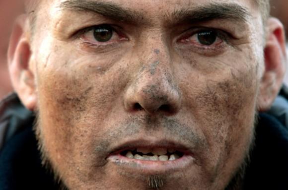 El minero Daniel Espinoza espera afuera de la minar derrumbada para ayudar en las labores de rescate de 33 mineros atrapados en Copiapó, Chile, el sábado 07 de agosto 2010. (Foto AP / Luis Hidalgo)