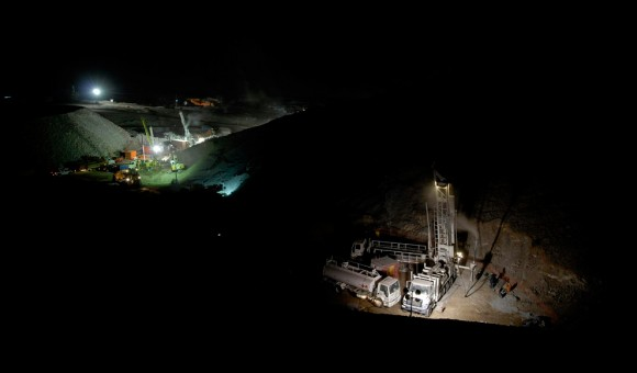 Los trabajadores chilenos instalaron una máquina de perforación fuera de la  minar de oro de San Esteban  el 17 de agosto de 2010, tratando de llegar a 33 mineros atrapados, 12 días después del derrumbe de la mina. (Ariel Marinkovic / AFP / Getty Images)