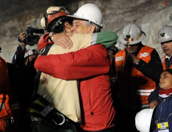 El rescate de los 33 mineros atrapados en un yacimiento en el norte de Chile inició hace unas horas. Foto: Télam.