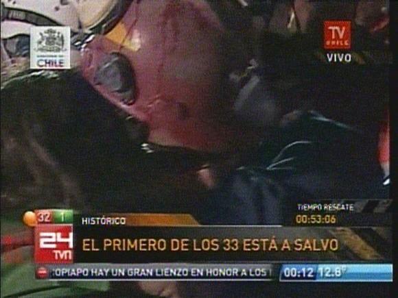 REENCUENTRO. Florencio, el primero en ser rescatado, abraza fuerte a su mujer Mónica Araya.