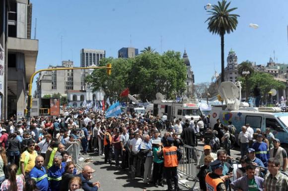 Una vista de la multitud que concurre a darle el último adiós al ex presidente Néstor Kirchner, en Argentina, el 28 de octubre de 2010. AIN FOTO/Paula RIBAS/TELAM