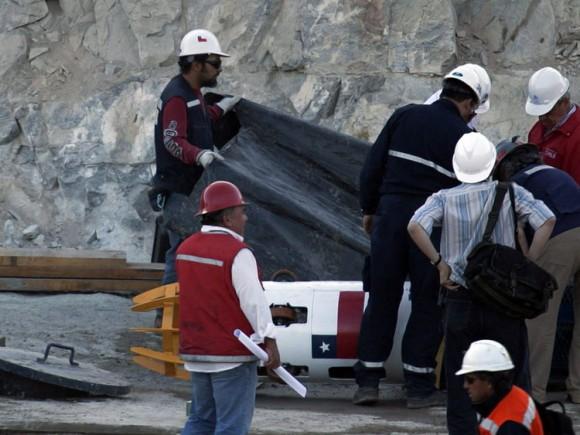 """Operarios preparan la cápsula de rescate hoy, martes 12 de octubre de 2010, en la mina San José, donde se iniciará la operación de rescate de 33 mineros que permanecen atrapados en el yacimiento, cerca a Copiapó (Chile). El presidente chileno, Sebastián Piñera, destacó la """"promesa cumplida"""" de rescatar a los trabajadores. EFE/Ian Salas"""