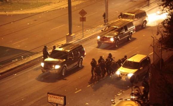 Militares ingresan hoy, jueves 30 de septiembre de 2010, al hospital donde se encontraba retenido el presidente de Ecuador, Rafael Correa. Fuerzas militares liberaron al mandatario, tras un enfrentamiento contra los policías sublevados que lo mantenían recluido en el centro hospitalario. Desde allí, Correa se trasladó al Palacio de Carondelet, la sede del Ejecutivo, y se asomó al balcón, donde le esperaban algunos ministros, para dirigirse a centenares de sus partidarios congregados en la Plaza Grande y que ondeaban banderas de Ecuador. EFE/José Jacome