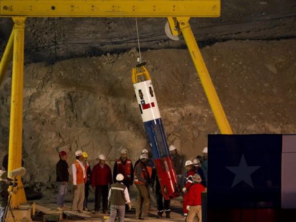 """Operarios preparan la cápsula Fénix hoy, martes 12 de octubre de 2010, que sacará a los 33 mineros que permanecen atrapados en la boca de la mina San José, cerca a Copiapó (Chile). El presidente chileno, Sebastián Piñera, destacó la """"promesa cumplida"""" de rescatar a los trabajadores. EFE/Cezaro de Luca"""