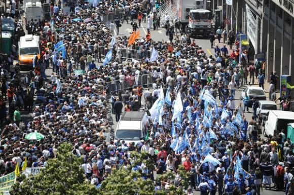 Una vista aerea de la multitud que concurre a darle el último adiós al ex presidente Néstor Kirchner, en Argentina, el 28 de octubre de 2010. /Paula RIBAS/TELAM/