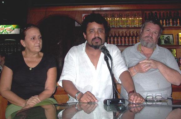 Polito Ibáñez junto Ela Ramos, Gerente General de Bis Music y Vladimir Zamora, periodista, en la presentación del disco Sombras Amarillas. Foto: Marianela Dufflar