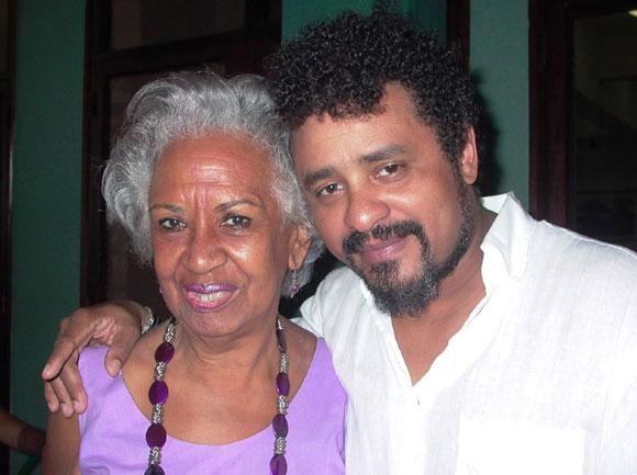Polito junto a Nisia Agüero, promotora cultural, en la presentación del disco Sombras Amarillas. Foto: Marianela Dufflar