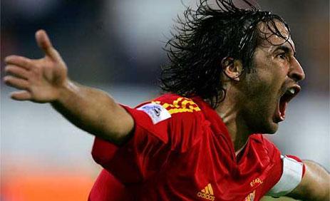 El fútbol sonríe a Raúl, el rey de los goles en Europa