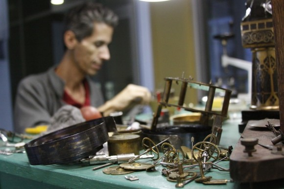 Piezas de un pequeño mundo mecánico. Foto: Alejandro Ramírez