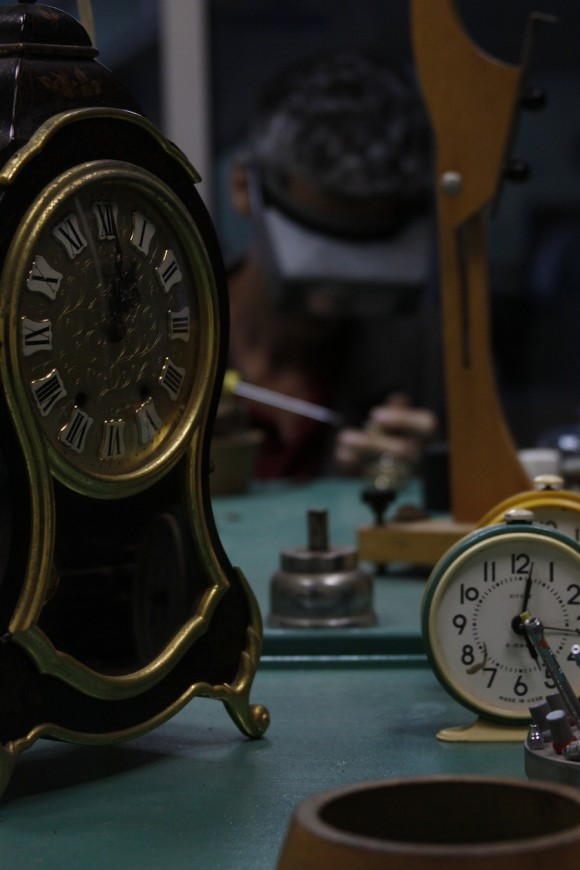 Los relojes marcan el momento exacto en que dejaron de funcionar, por eso aquí puede ser siempre cualquier hora del día, como si cupiera más de un tiempo en el mismo espacio.