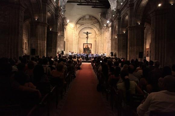 Vista del interior de la Basílica Menor de San Francisco de Asís en la jornada inaugural del Festival. Actúa el coro Entrevoces, dirigido por Digna Guerra.
