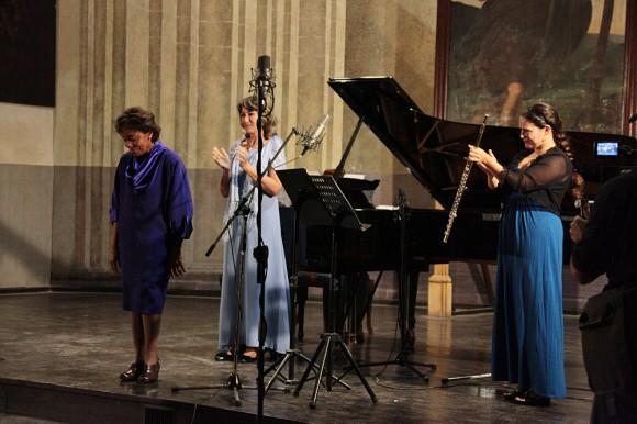 Tania León, compositora cubana residente en Estados Unidos, saluda al público. A su espalda María del Henar Navarro y Niurka González.