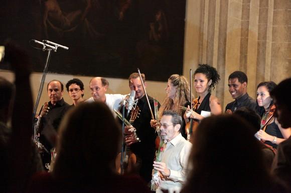 Arriba: Miguel Trápaga, Alí Jorge Arango, Víctor Pellegrini, Marcelo de la Puebla y el Cuarteto de Cuerdas Havana: Patricia Quintero, Zully Morales, Rainel Joubert y Xóchitl Morales. Debajo: Leo Brouwer.