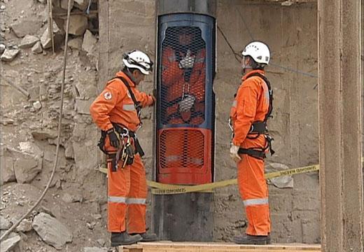Los rescatistas prueban la cápsula donde subirán los mineros. (Foto: AFP)