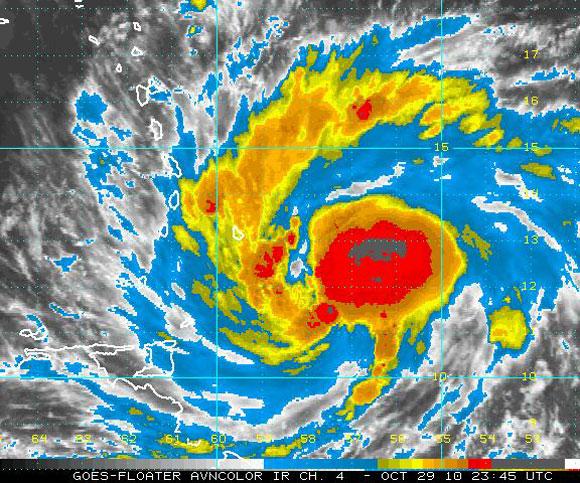 Imagen del satélite infrarrojo, Tormenta Tropical Tomas (NOAA)