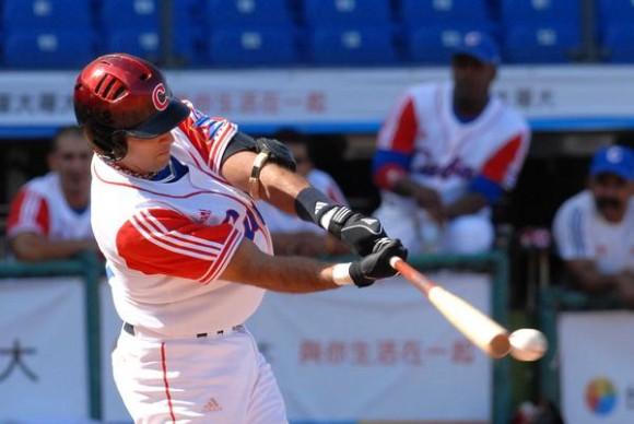 Yulexis La Rosa, en el encuentro donde Cuba noquea a Hong Kong, en la XVII Copa Intercontinental de Béisbol, en el estadio Intercontinental en Taichung, Taipei de China, el 27 de octubre de 2010. AIN FOTO/Marcelino VAZQUEZ HERNANDEZ/