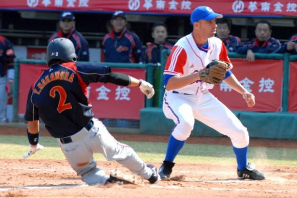 Yulieski Gonzalez (D), en una jugada en la goma, en el encuentro que Cuba le ganara a Japon, 4 carreras por 1, en la XVII Copa Intercontinental de Béisbol, en el estadio Intercontinental de Taichung, en Taipei de China, el 29 de octubre de 2010. FOTO AIN /Marcelino VAZQUEZ HERNANDEZ