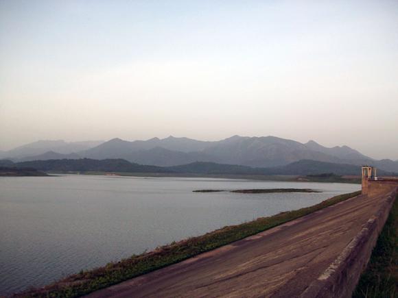El muro de la presa Bueycito.