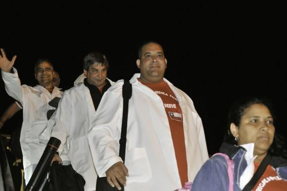 Llegada de los médicos cubanos a la Terminal José Martí. Son las 00:15 AM del sábado 20 de noviembre. Foto: Roberto Chile