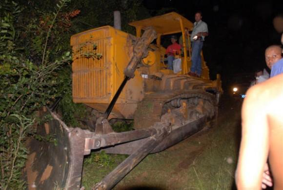 Equipo pesado se desplaza para llegar hasta los restos de la aeronave ATR-72-212 de la línea aérea cubana Aerocaribbean S.A. que cubría la ruta entre Santiago de Cuba y La Habana que se precipitó a tierra en la región de Guasimal, provincia de Sancti Spiritus, Cuba, el 4 de noviembre de 2010. AIN FOTO/ Vicente Brito/ cortesía Periódico Escambray