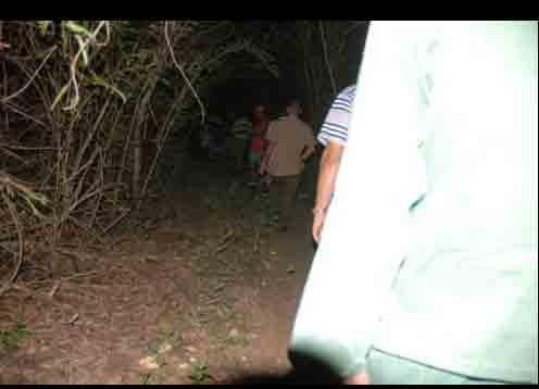 Habitantes de la zona colaboran para llegar al lugar sel accidente.
