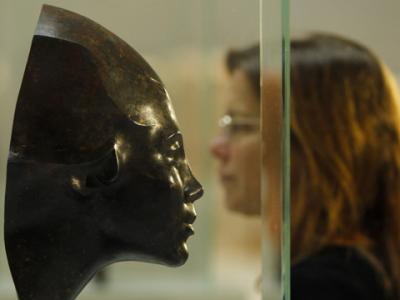 Las esculturas en su mayoría muestran a mujeres, como una sosteniendo un racimo de uvas, una con su hijo y otra de proporciones generosas estirándose; sólo tres muestran a hombres.
