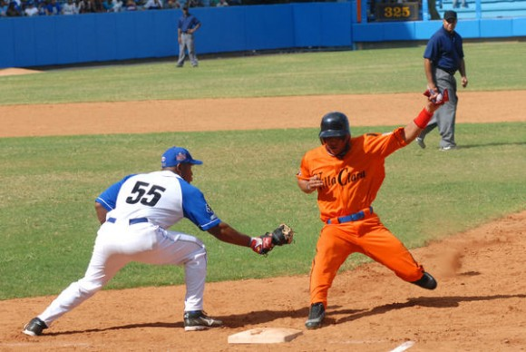 Alexander Malleta (I) y Ramon Lunar, en el juego inaugural entre los equipos Industriales y Villa Clara, en la 50 Serie Nacional de Béisbol, en el parque Latinoamericano, en Ciudad de La Habana, él 28 de noviembre de 2010. AIN FOTO/Marcelino VAZQUEZ HERNANDEZ/sdl